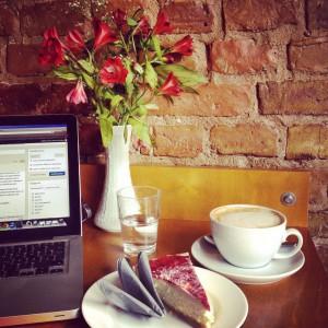 Kaffee-Kuchen-Buchstaben-Blumen-Freude